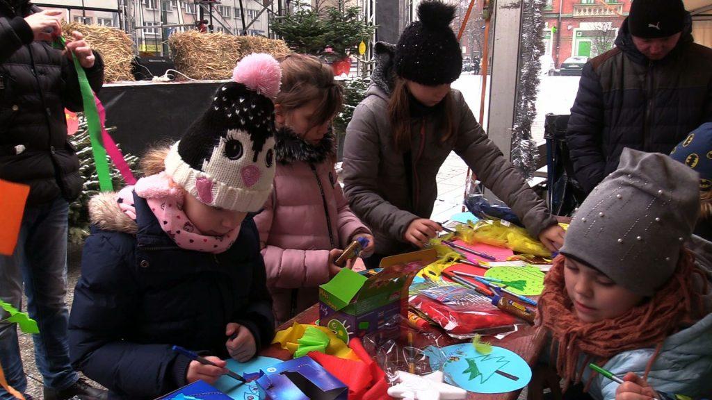 Sporo mieszkańców Rudy Śląskiej przyszło wspólnie ubrać miejską choinkę na Rynku