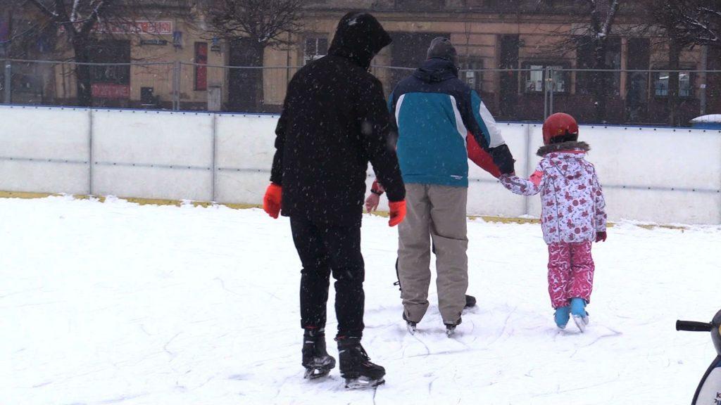 Lodowiska to nieodzowna miejska atrakcja na zimę. Także na świąteczne dni