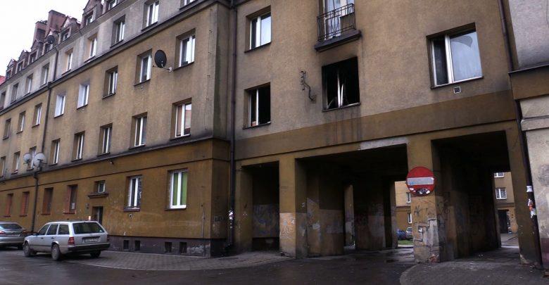 W mieszkaniu, w którym wybuchł pożar strażacy na łóżku znaleźli zwęglone zwłoki. To zwłoki mężczyzny w nieustalonym wieku