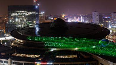 Katowice: Aktywiści Greenpeace wyświetlili napis na Spodku. Policja spisała prawie 20 osób! (fot.Greenpeace)