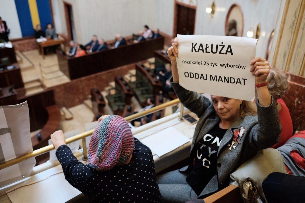 W sali sejmu śląskiego oprócz radnych pojawili się także protestujący przeciwko poparciu przez radnego - a obecnie wicemarszałka Wojciecha Kałużę - Prawa i Sprawiedliwości (fot.Paweł Jędrusik)