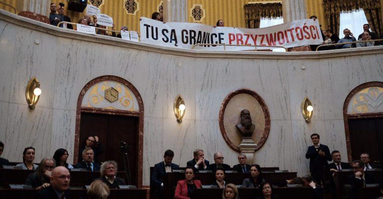 TU SĄ GRANICE PRZYZWOITOŚCI. Protest przeciwko Wojciechowi Kałuży podczas sesji sejmiku śląskiego (fot.Paweł Jędrusik)