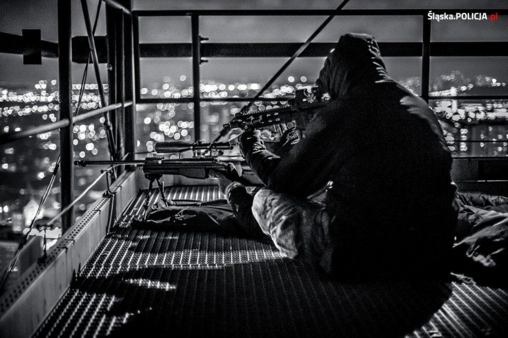 Snajperzy na dachach najwyższych budynków w centrum Katowic. Z dachów najwyższych budynków zabezpieczają Szczyt Klimatyczny (fot. KWP Katowice)