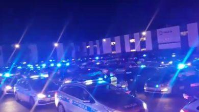 W Krakowie, policjanci zgrupowani do zabezpieczania Szczytu Klimatycznego COP 24 zorganizowali wieczorem dla rannego kolegi niesamowitą akcję wsparcia (fot.facebook)