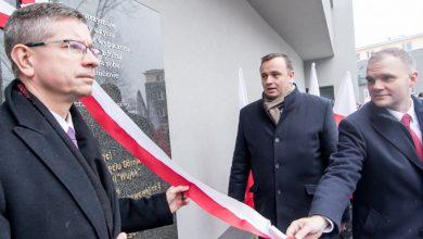 W Szkole Podstawowej nr 5 w Katowicach odsłonięto pamiątkową tablicę poświęconą Dziewięciu Górnikom zabitym w czasie pacyfikacji kopalni Wujek (fot.slaskie.pl)