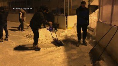 Katowice: Mieszkańcy chcieli jeździć, więc sami sobie odśnieżyli lodowisko na Murckach