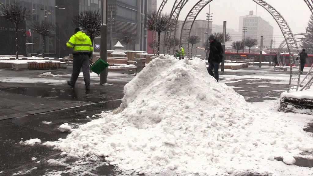 Kolejne intensywne opady śniegu i zapowiadane na noc ujemne temperatury stwarzają poważne zagrożenie na drogach i chodnikach