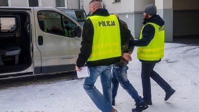 Latał po ulicy z bronią. W jego mieszkaniu policjanci znaleźli mężczyznę z raną postrzałową (fot.Policja Lubuska)