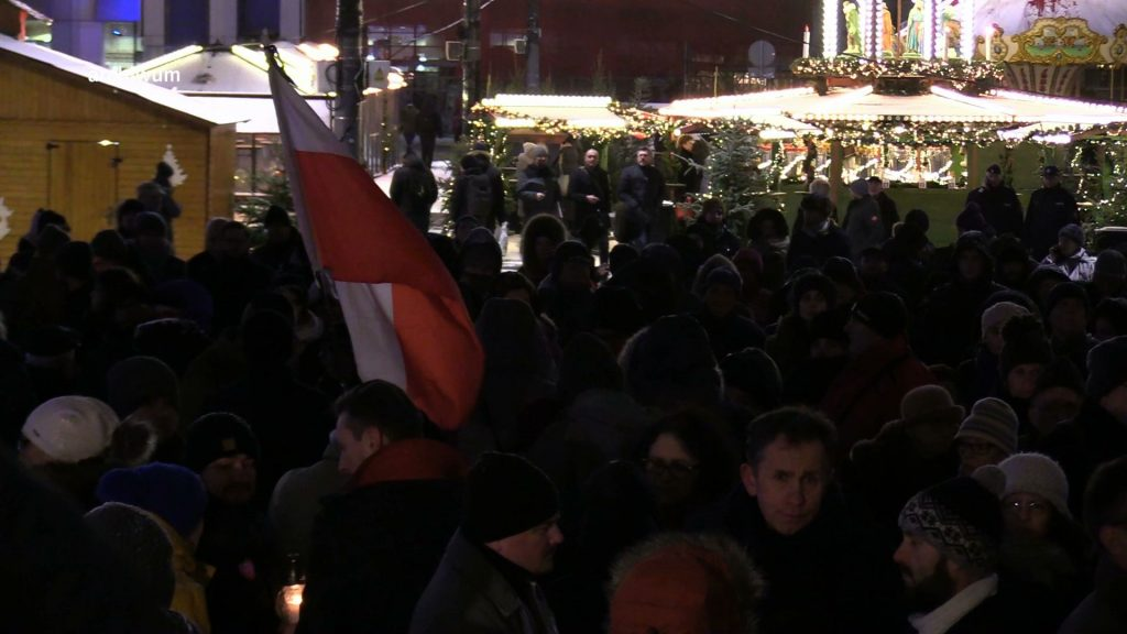 Flagi w wielu miastach opuszczone są do połowy masztu. W całym kraju mają się też odbyć manifestacje przeciw przemocy i nienawiści