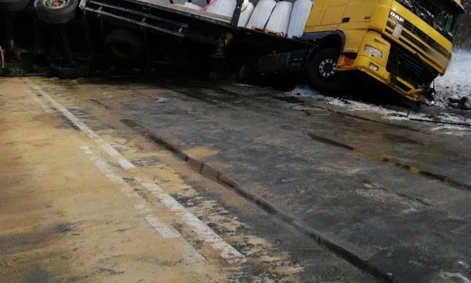 Zderzenie osobówki z ciężarówką. Zginęli rodzice dwóch chłopców. Dzieci zostały ranne (fot.Policja Podkarpacka)