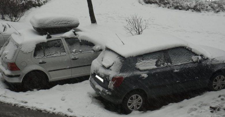 Pamiętajcie o odśnieżaniu aut, jeśli nie chcecie dostać 500 zł mandatu! (fot. KMP Bytom)