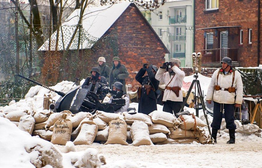 Ponad stu rekonstruktorów z trzech państw: Polski, Czech i Słowacji, przedstawiło W Bytomiu działania wojenne, jakie miały miejsce w Miechowicach, w styczniu 1945 roku (fot.UM Bytom)