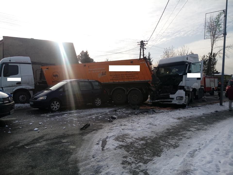 Groźny wypadek w Knurowie. Na ulicy Dworcowej zderzyły się dwa TIRy i trzy samochody osobowe. Droga po wypadku została zablokowana (fot.Zdarzenia drogowe powiatu gliwickiego)
