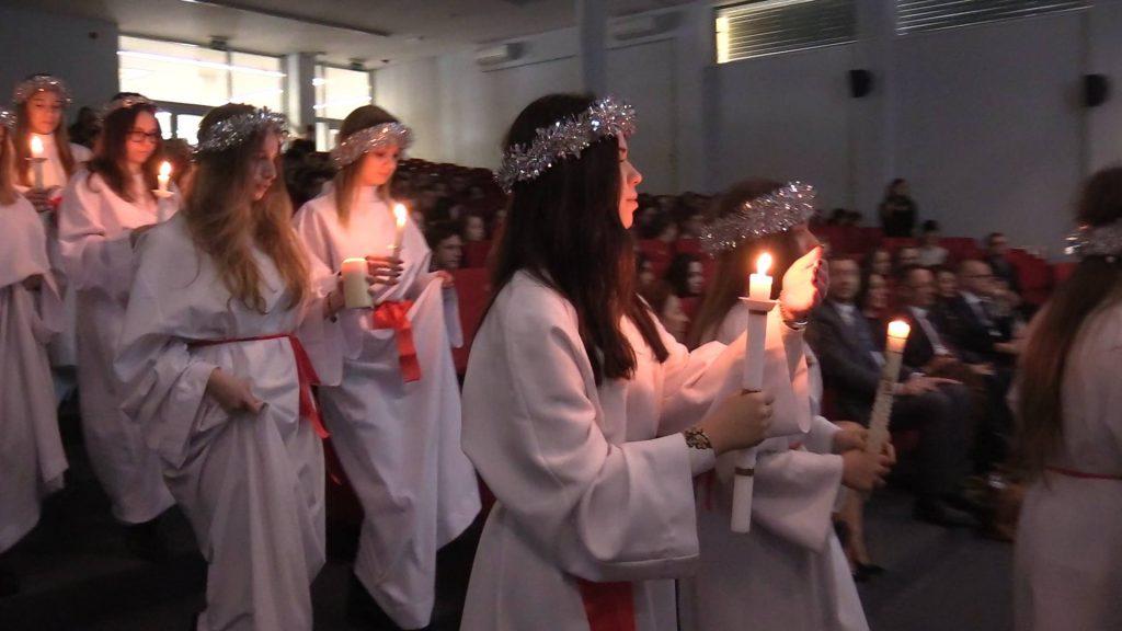 W dniu Święta Światła w całym kraju odbywają się malownicze pochody ubranych na biało dziewcząt w koronach z płonących świec