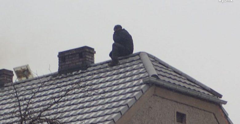 Na widok policjantów poszukiwany mężczyzna schował się na dachu (fot.KWP Katowice)