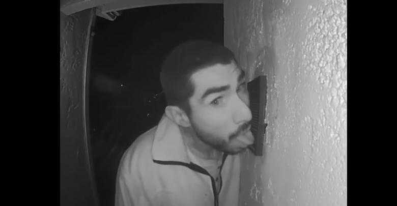 SZOK! Mężczyzna przez trzy godziny lizał... domofon. Szuka go policja