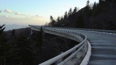 Bielsko-Biała: Mężczyzna spadł z wiaduktu wprost pod samochody!
