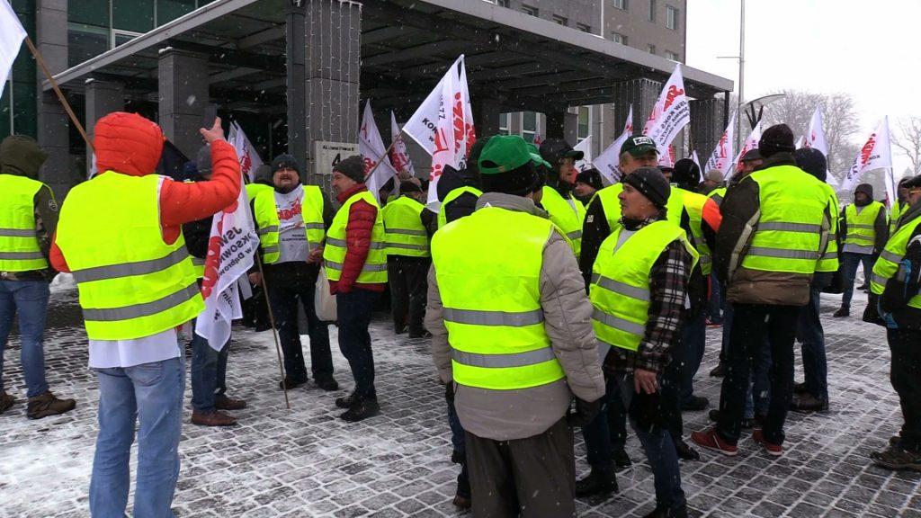Protest w JSW: Związkowcy murem za prezesem Ozonem! Policja musiała wyprowadzać radę nadzorczą