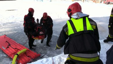 """Dziś strażacy z Państwowej Straży Pożarnej w ramach akcji """"Bezpieczne Ferie"""" uczyli najmłodszych jak zadbać o swoje bezpieczeństwo"""