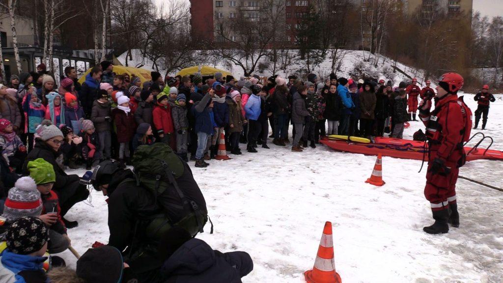W stawie Morawa strażacy pokazali dziś jak wygląda ratowanie osoby uwięzionej pod lodem