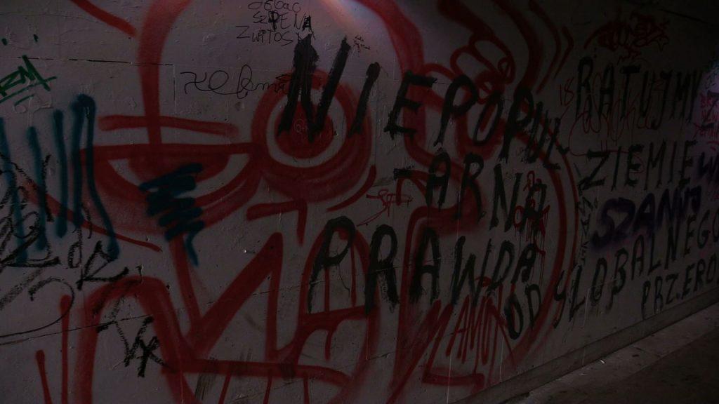 Dziwne bohomazy, smród uryny zamiast artystycznej instalacji. TO zostało z muzycznego tunelu w Katowicach