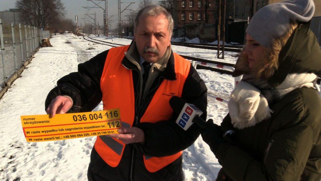 -Tutaj u góry mamy numer identyfikacyjny każdego przejazdu kolejowego – podając ten numer operator numeru 112 dokładnie lokalizuje miejsce, gdzie znajduje się ten przejazd kolejowy - dodaje Jacek Karniewski, PKP Polskie Linie Kolejowe S.A.