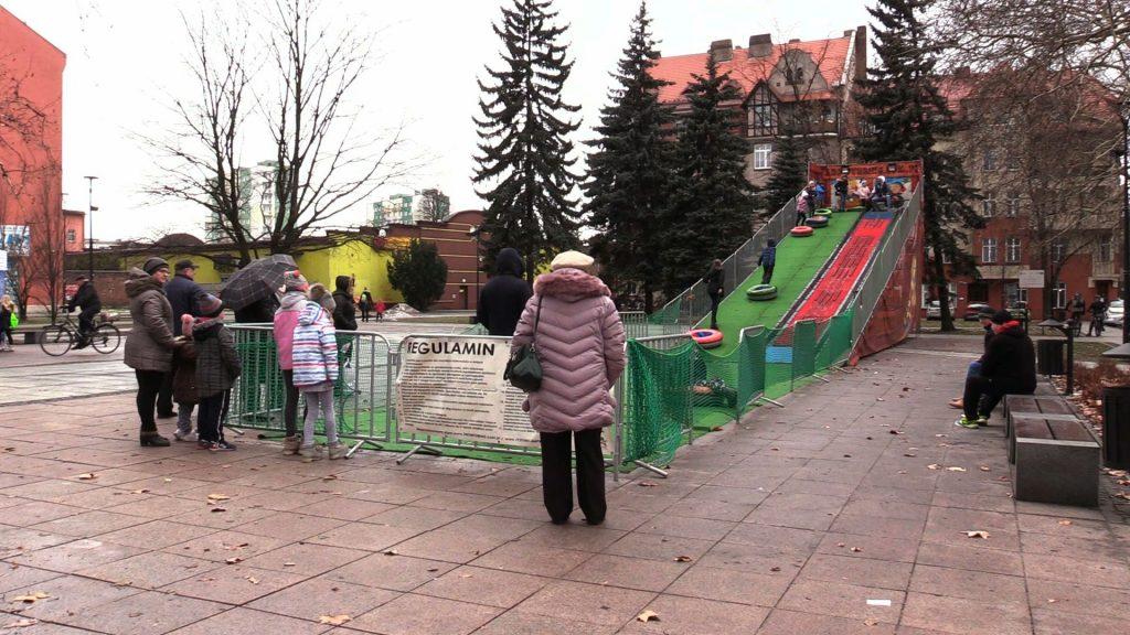 Z kolei w Siemianowicach Śląskich do dobrej zabawy wcale nie potrzeba śniegu. Do końca ferii dzieci mogą uprawiać snowtubing, czyli korzystać ze specjalnej zjeżdżalni