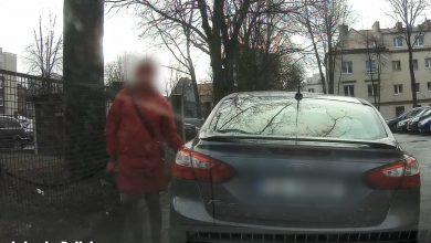 Ostrym kamieniem po samochodach. W ten sposób ukarała kierowców, którzy źle zaparkowali (fot.Policja Lubuska)