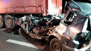 Uderzył w ciągnik siodłowy z naczepą. 23-letni kierowca mitshubishi zginął na miejscu (fot.KSP)