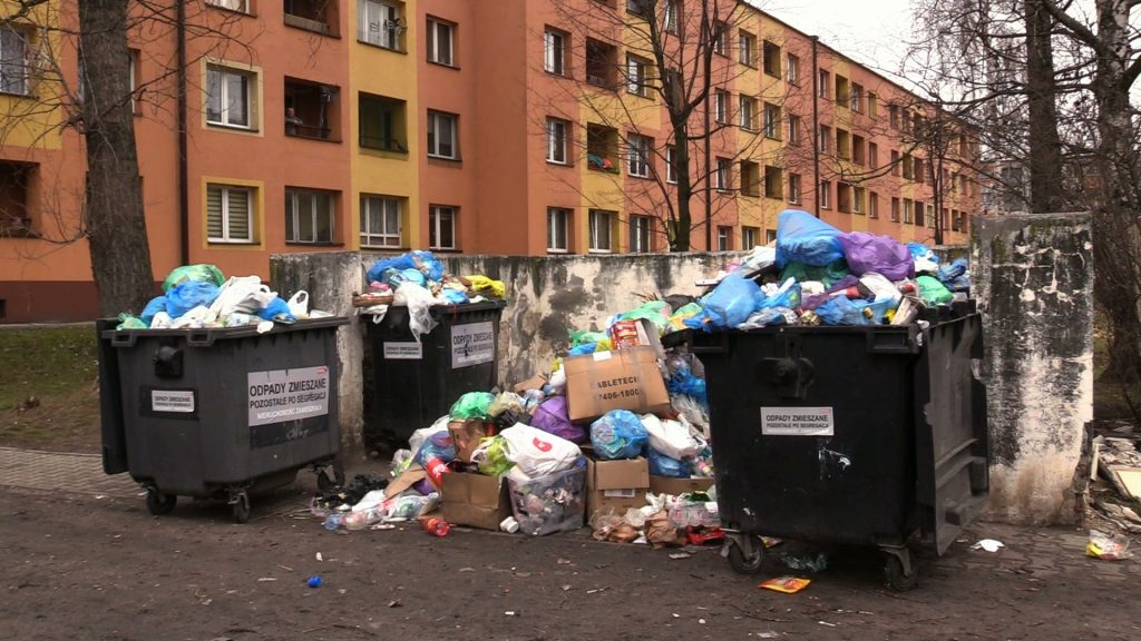 Mieszkańcy twierdzą, że firma odbierająca odpady ma problem z dojazdem do stanowiska. Bo droga, którą musi przejechać śmieciarka, jest w fatalnym stanie