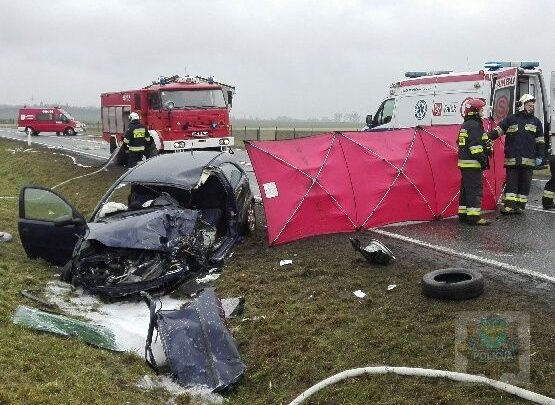 Zderzenie opla corsy z ciężarowym iveco. Nie żyją dwie osoby. 10-letnie dziecko przeżyło wypadek