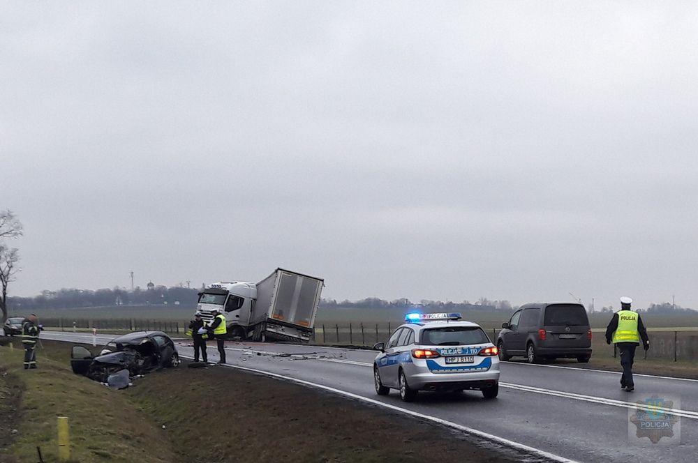 Zderzenie opla corsy z ciężarowym iveco. Nie żyją dwie osoby. 10-letnie dziecko przeżyło wypadek (fot.Policja Opolska)