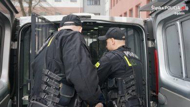 Śląskie: Zazdrość odebrała im rozum. Odwiedzili 48-latkę z siekierą, kuszą, nożami i pistoletem (fot.Śląska Policja)