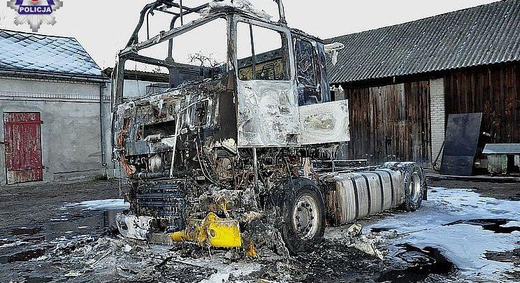 Naprawiał ciągnik siodłowy, wtedy wybuchł pożar. Poparzony 58-latek trafił do szpitala (fot. Policja Lubelska)
