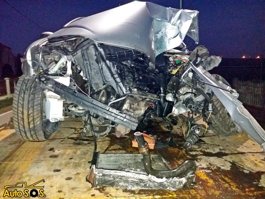 Groźny wypadek w Tychach. osobówka zmiażdżona na słupie trakcji trolejbusowej (fot.strony www.112Tychy.pl - Tyskie Służby Ratownicze. Autor zdjęć: Pomoc Drogowa AUTO SOS)