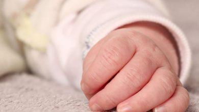 Skatowana 2-miesięczna dziewczynka walczy o życie w szpitalu. Ojciec i matka dziecka z zarzutami (fot.poglądowe)