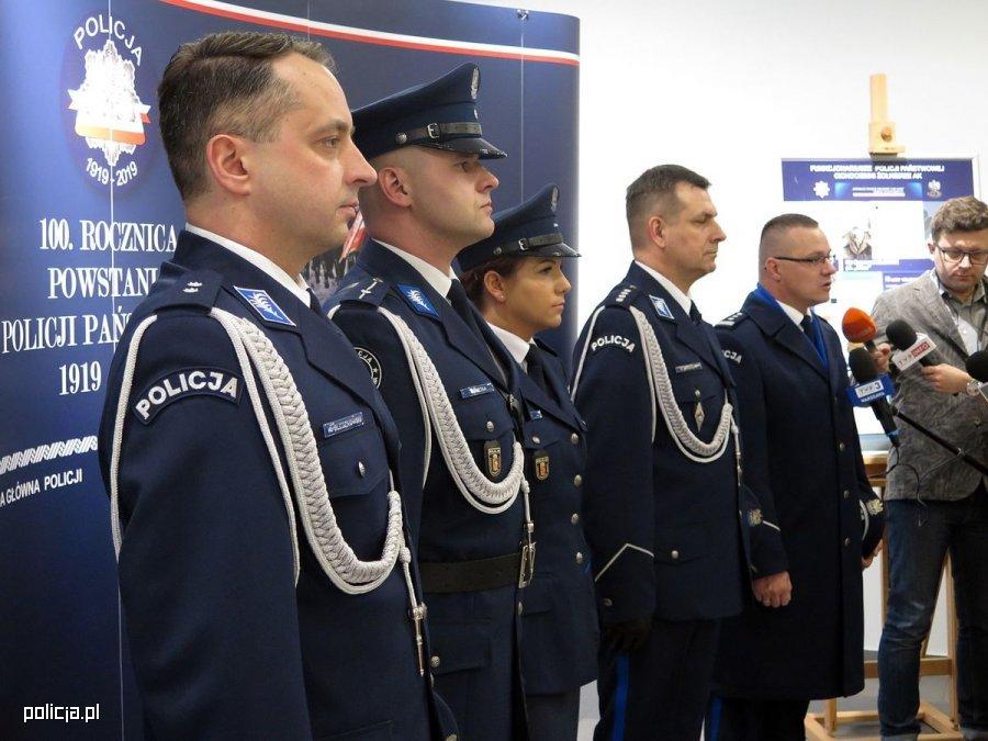 Nowe mundury policji to nawiązanie do tradycji tej formacji. Mają przypominać te z okresu 20–lecia międzywojennego foto: Piotr Maciejczak Policja 997
