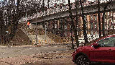 Budowlany absurd w Bytomiu! Zrobili ludziom kładkę bez schodów! Wspinają się po błocie