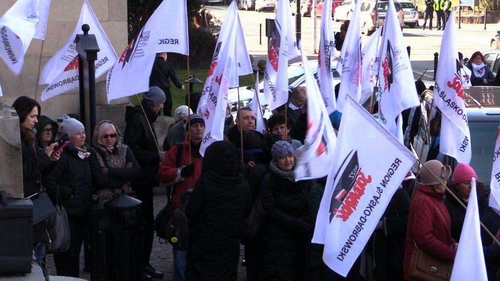 Nauczyciele z NSZZ Solidarność z całego województwa śląskiego przyszli dzisiaj pod Urząd Wojewódzki w Katowicach