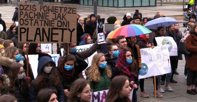 Młodzieżowy Strajk Klimatyczny w Katowicach nie przyciągnął tłumów, ale uczniowie liczą na to, że ich postulaty trafią do polityków. Zmiany powinni zacząć od samych szkół