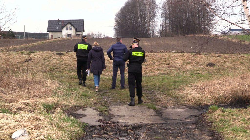Interwencja w mysłowickiej dzielnicy Brzezinka. Spacerujący tędy mieszkańcy miasta zauważyli wczoraj czarną substancję nieznanego pochodzenia na okolicznych zielonych terenach – tuż przy polach uprawnych.