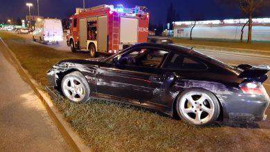 Skasowaniem luksusowego Porsche skończył się policyjny pościg. Jak się okazało - mundurowi gonili pijanego kierowcę! (fot.KMp Łódź)