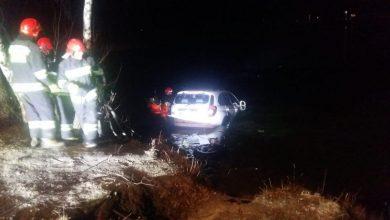 Wpadła samochodem do stawu. Na szczęście, rejon patrolowali policjanci i uratowali życie pijanej kobiecie (fot.Policja Mazowiecka)