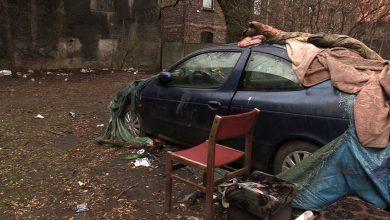 """We wraku samochodu na osiedlu w Siemianowicach Śląskich bezdomni zrobili sobie """"klub"""". A pod blokami toaletę. Mieszkańcom opadają już nie tylko ręce..."""