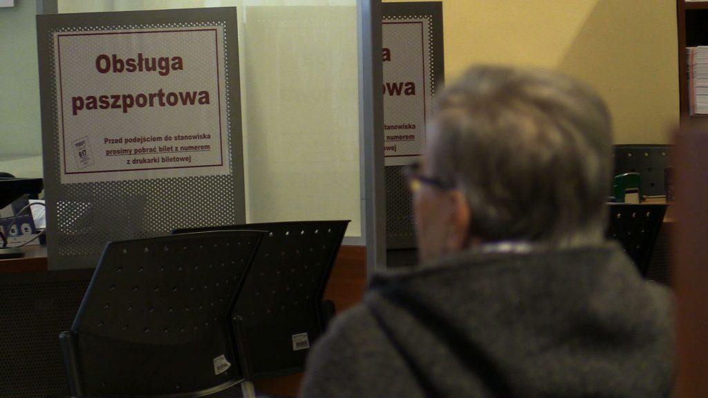 Żeby złożyć wniosek o paszport w Katowicach w kolejce trzeba stać nawet kilka godzin.