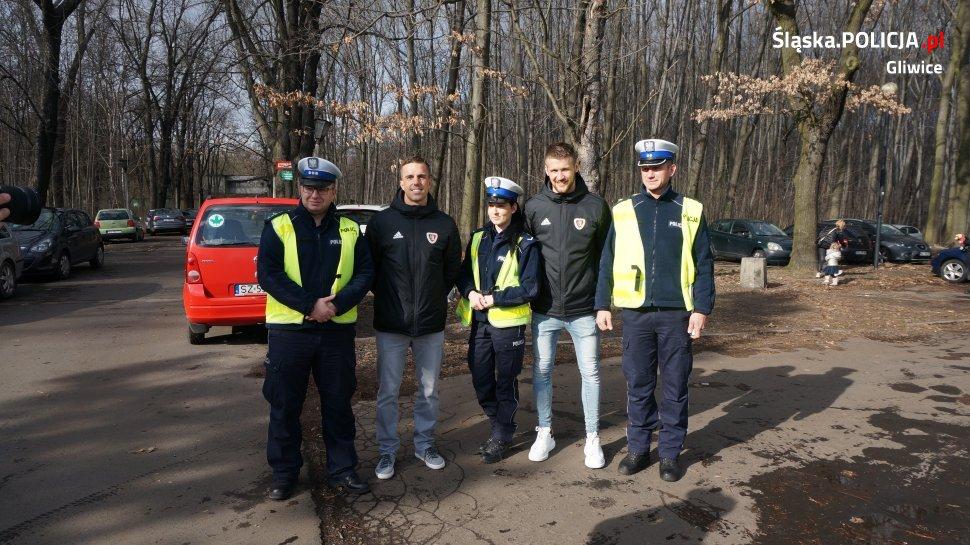 Zawodnicy gliwickiego klubu piłkarskiego, Marcin Pietrowski i Piotr Parzyszek, bardzo zaangażowali się w akcję (fot.KMP Gliwice)