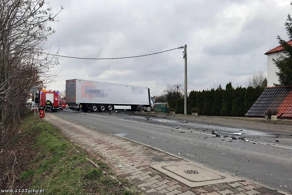 Śmiertelny wypadek w Chełmie Śląskim! Kobieta zginęła w zmiażdżonym Passacie! (fot.www.112tychy.pl)