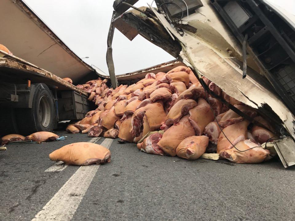 Na ulicy Kokota, czyli dojeździe do autostrady A4 w dzielnicy Bielszowice, przewróciła się naczepa TIRa. Z ciężarówki na jezdnie wysypało się mięso