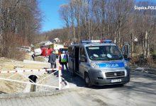 Obie kobiety na skutek potrącenia przez dostawczy samochód zginęły na miejscu. Jak ustalili policjanci, były to mieszkanki powiatu żywieckiego w wieku 82 i 63 lat (fot.KPP Żywiec)
