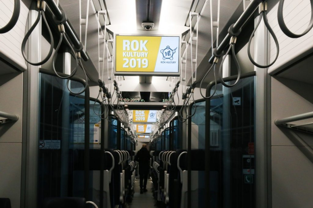 Tak kulturalnie powinno tu być zawsze - na razie będzie przez rok. Koleje Śląskie ogłaszają ROK KULTURY. W pociągach śląskiego przewoźnika będzie się sporo działo! (fot.slaskie.pl)